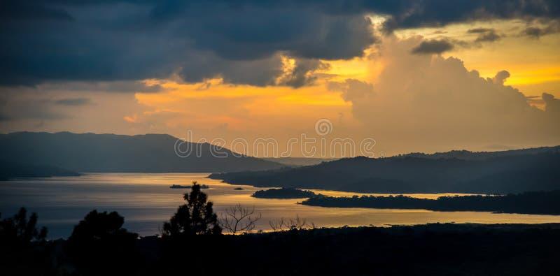 Puesta del sol del lago Arenal imagen de archivo