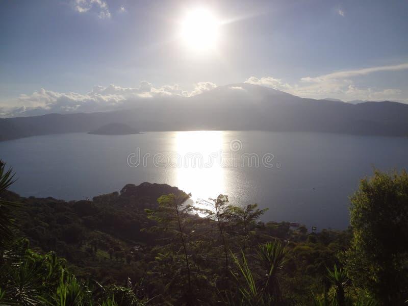 Puesta del sol del lago Cotepeque fotografía de archivo libre de regalías