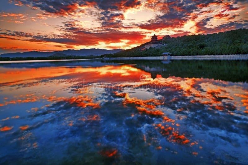 Puesta del sol del lago kunming, palacio de verano, Pekín imágenes de archivo libres de regalías