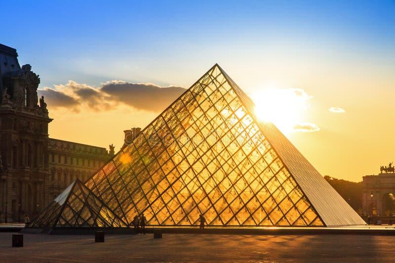Puesta del sol del Louvre de la primavera imagen de archivo libre de regalías