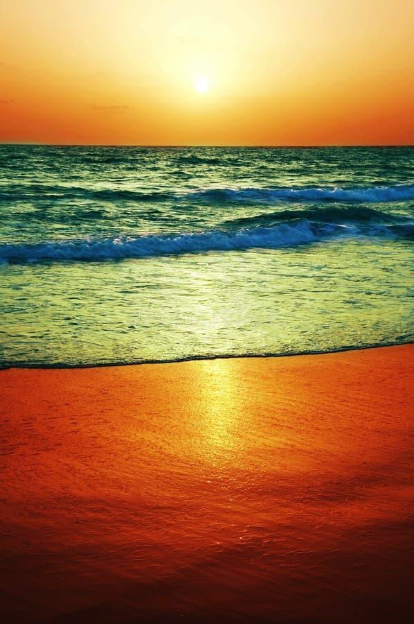Puesta del sol del mar imagenes de archivo