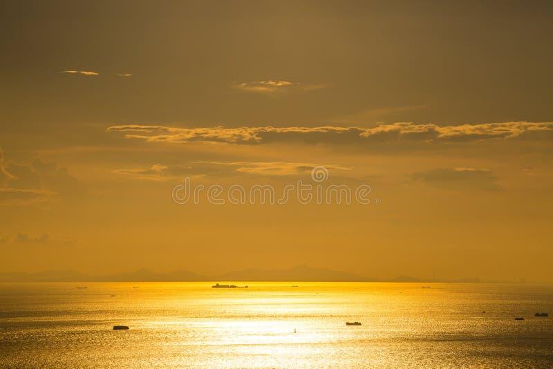 Puesta del sol del mar con los veleros imágenes de archivo libres de regalías