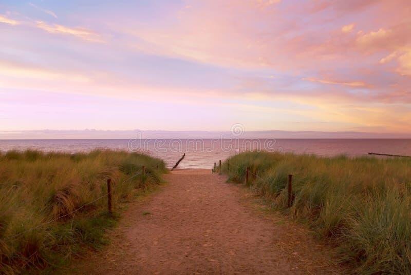 Puesta del sol del mar del camino fotografía de archivo