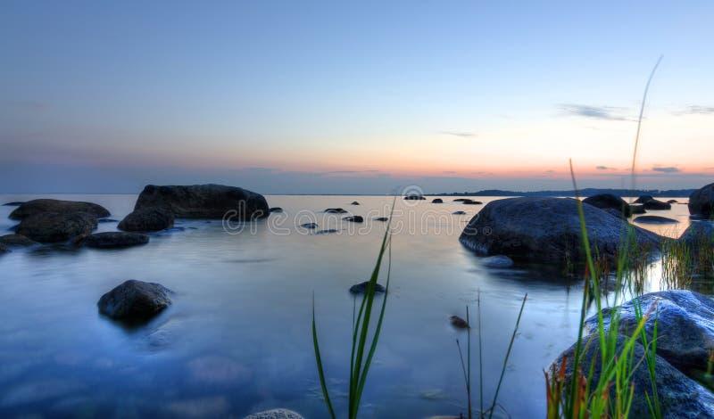 Puesta del sol del mar del verano en Suecia fotografía de archivo