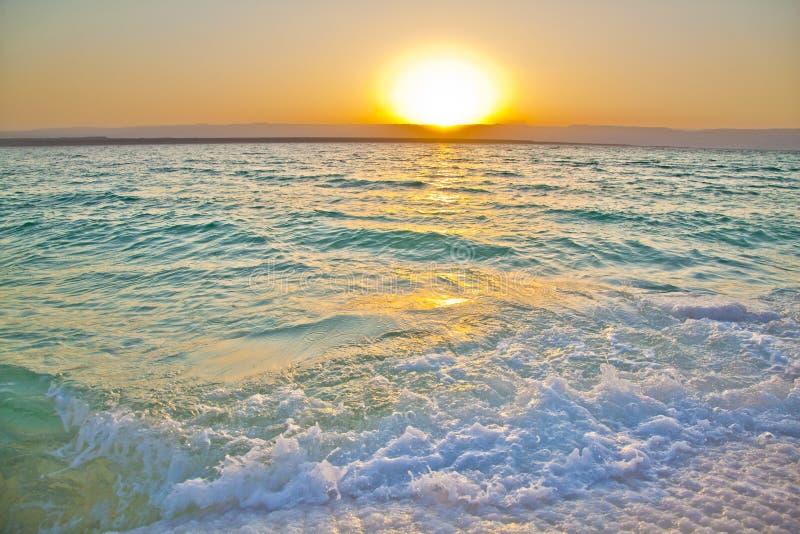 Puesta del sol del mar muerto imagen de archivo