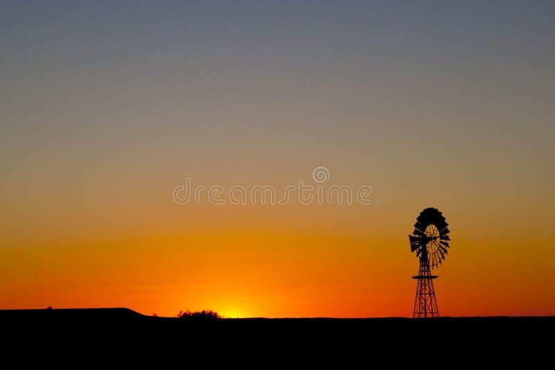 Puesta del sol del molino de viento en sur de Australia central foto de archivo