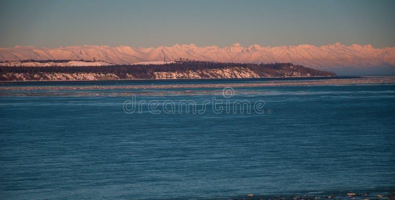 Puesta del sol del norte del paraíso del invierno del Círculo Polar Ártico de la montaña de los volcanes de Alaska foto de archivo