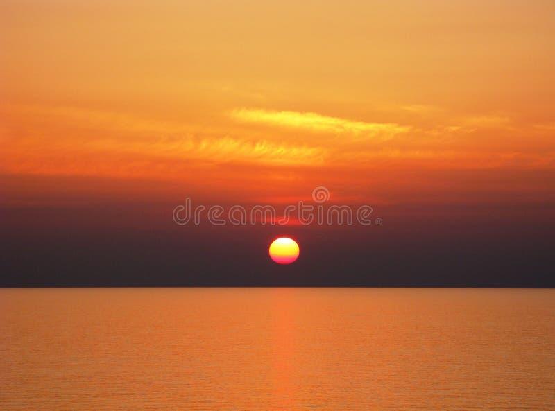 Puesta del sol del Océano Pacífico con el cielo de oro fotografía de archivo libre de regalías