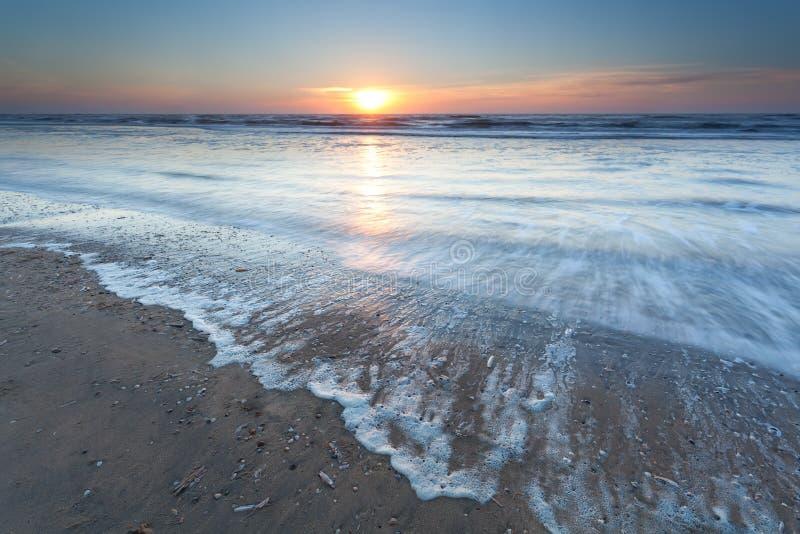 Puesta del sol del oro sobre la playa de Mar del Norte imagen de archivo libre de regalías