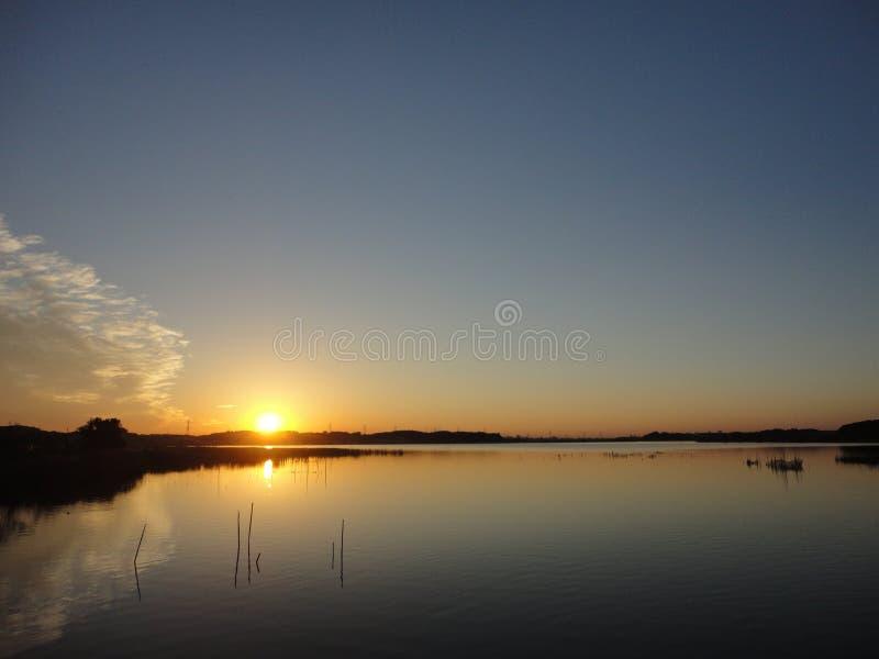 Puesta del sol del otoño en el lago Teganuma, Japón foto de archivo libre de regalías