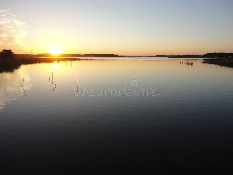 Puesta del sol del otoño en el lago Teganuma, Japón fotos de archivo