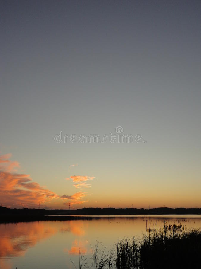 Puesta del sol del otoño en el lago Teganuma, Japón fotografía de archivo