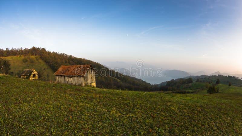 Puesta del sol del otoño en las laderas y el prado con la niebla sobre el río Danubio imagen de archivo