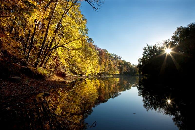 Puesta del sol del otoño a lo largo del río foto de archivo libre de regalías
