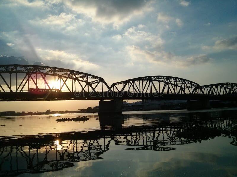 Puesta del sol del puente del río imagen de archivo