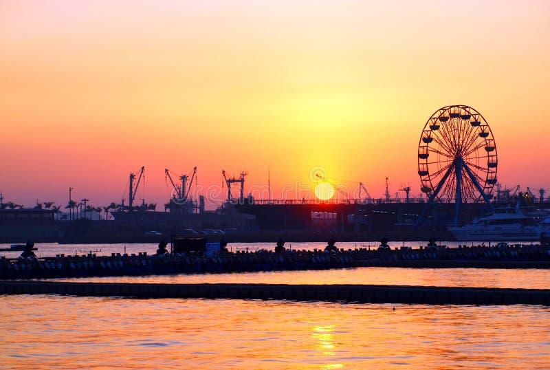 Puesta del sol del puerto de Kaohsiung con la rueda de Ferris imágenes de archivo libres de regalías