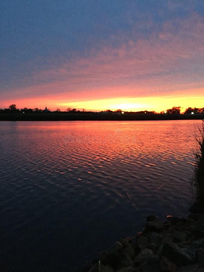Puesta del sol del río imagenes de archivo