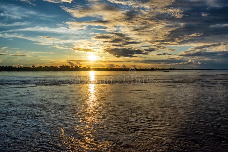 Puesta del sol del río Amazonas foto de archivo