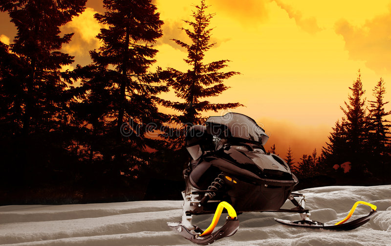 Puesta del sol del Snowmobile fotografía de archivo
