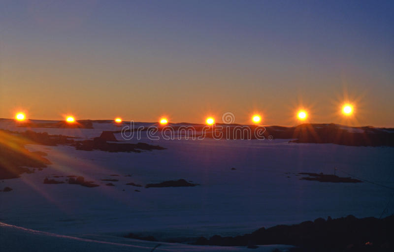 Puesta del sol del solsticio de verano en el círculo antártico imágenes de archivo libres de regalías