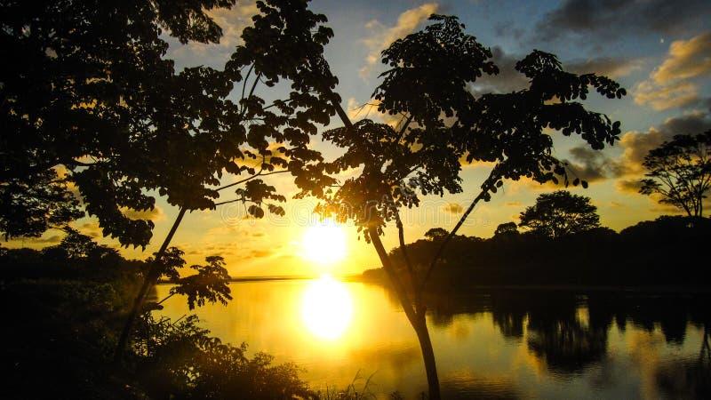 Puesta del sol del Spectacular del río de la playa de Domenical imagenes de archivo