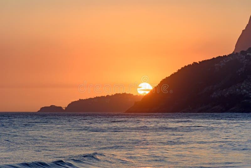 Puesta del sol del verano en Ipanema fotos de archivo