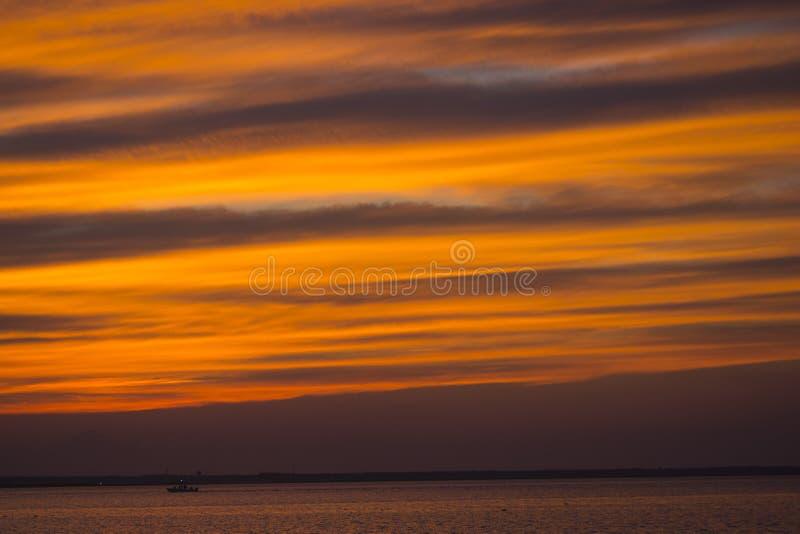 Puesta del sol del verano en la playa imagen de archivo