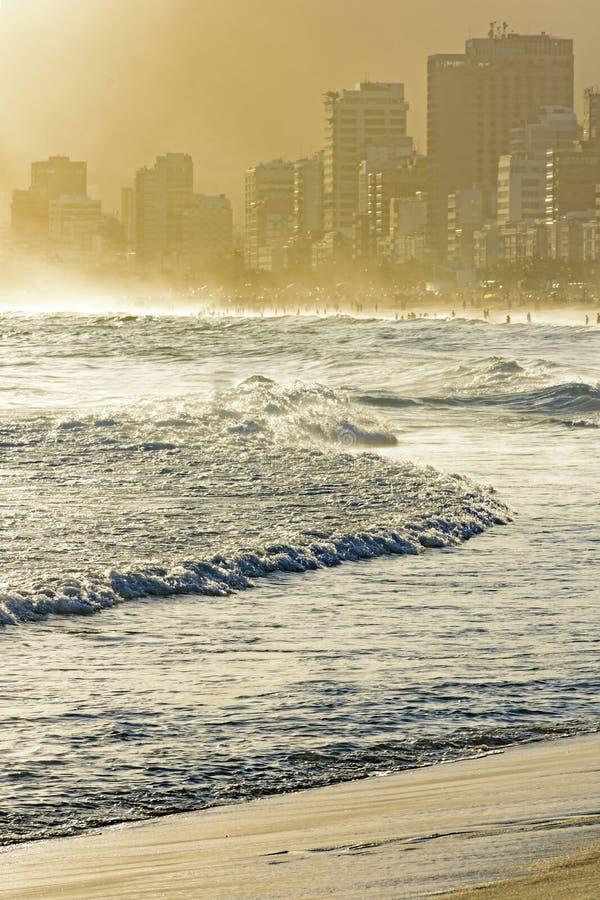 Puesta del sol del verano en la playa de Ipanema foto de archivo