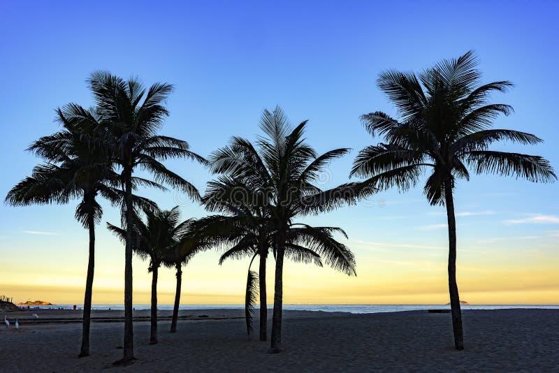 Puesta del sol del verano en la playa de Ipanema imagen de archivo libre de regalías