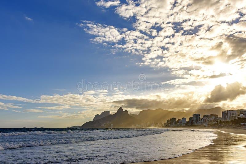 Puesta del sol del verano en la playa de Ipanema imagen de archivo
