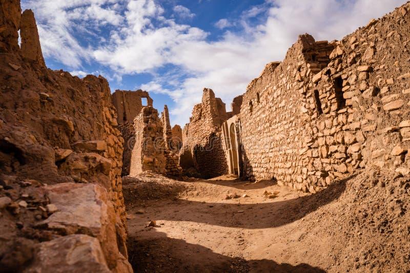Puesta del sol del desierto del Sáhara en viejo kasbah marroquí fotografía de archivo libre de regalías