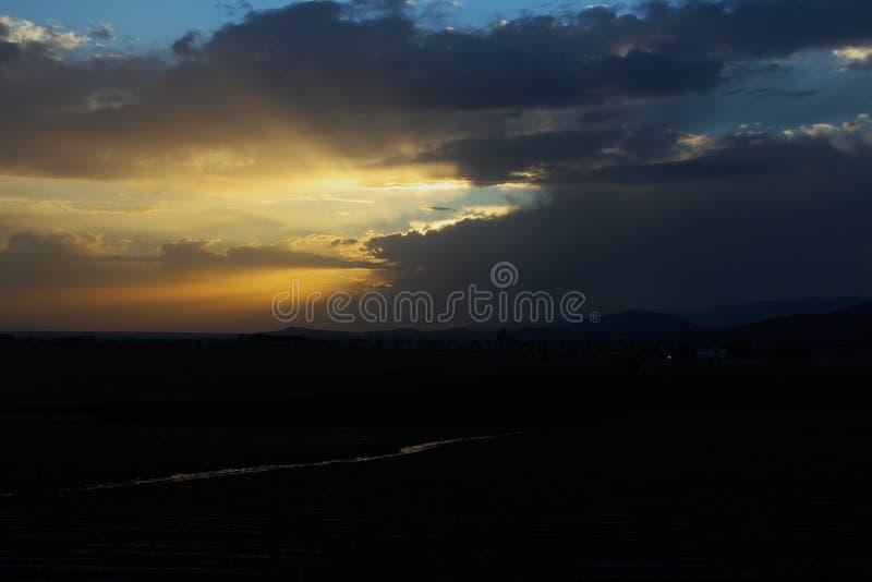 Puesta del sol después de la lluvia torrencial en una tarde del verano imagenes de archivo
