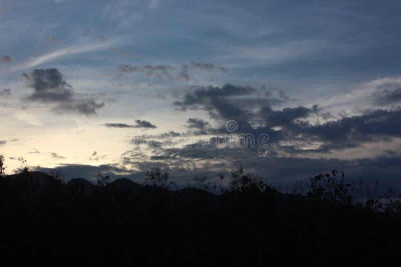 Puesta del sol detrás de las montañas imagen de archivo libre de regalías