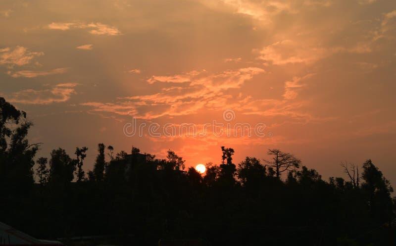Puesta del sol detrás de Nanda Devi Mountain Range, Uttarakhand La India imágenes de archivo libres de regalías