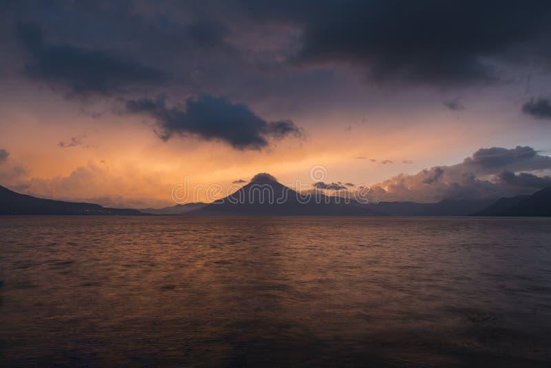 Puesta del sol detrás de Volcan San Pedro en el lago Atitlan imagen de archivo