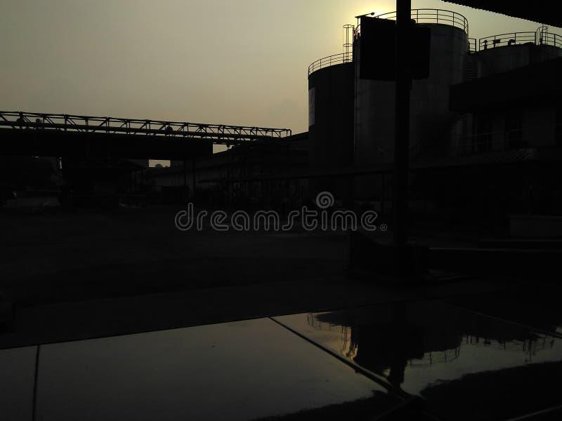 puesta del sol detrás del almacenamiento del tanque fotos de archivo