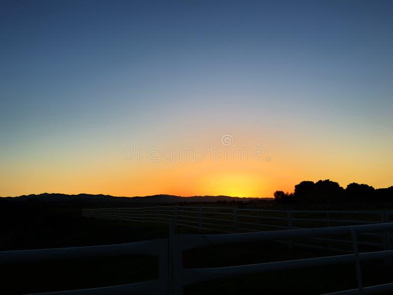 Puesta del sol detrás del campo imágenes de archivo libres de regalías