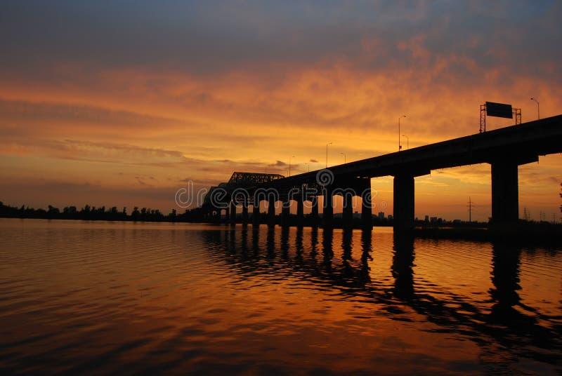 Puesta del sol detrás del puente fotos de archivo