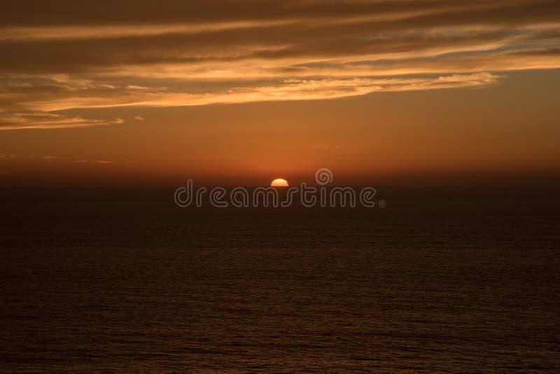 Puesta del sol directa sobre el mar imagen de archivo libre de regalías