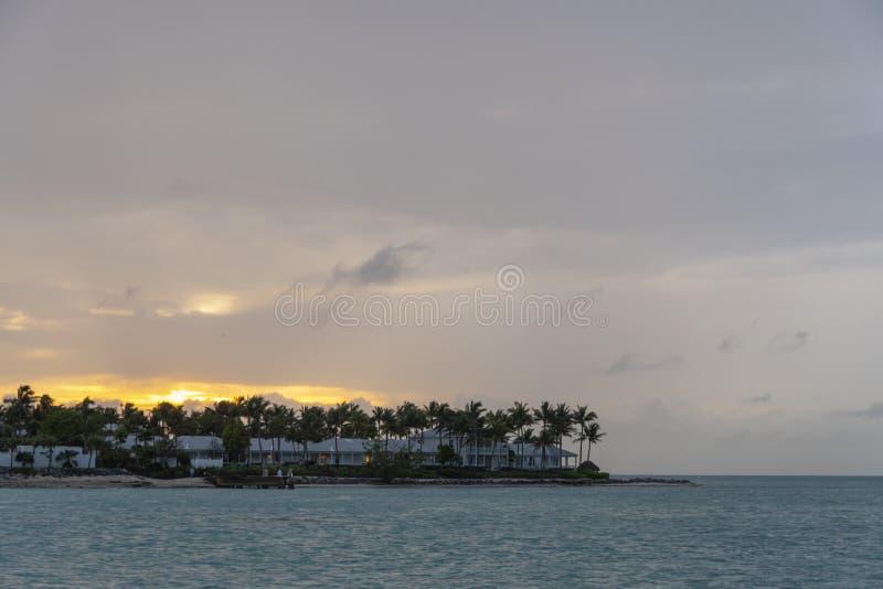 Puesta del sol dominante de la puesta del sol fotografía de archivo libre de regalías