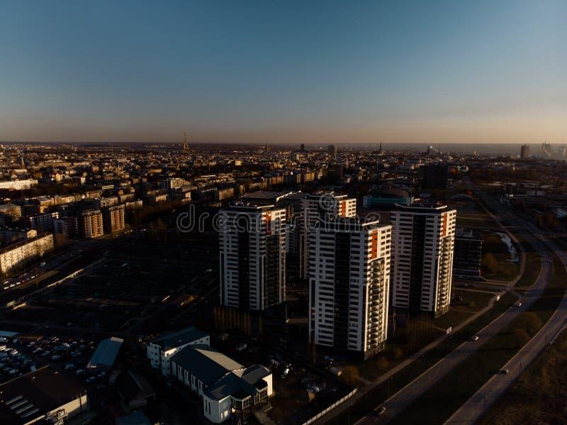 Puesta del sol dramática aérea del paisaje con una visión sobre rascacielos en Riga, Letonia - el centro de la ciudad viejo de la fotografía de archivo