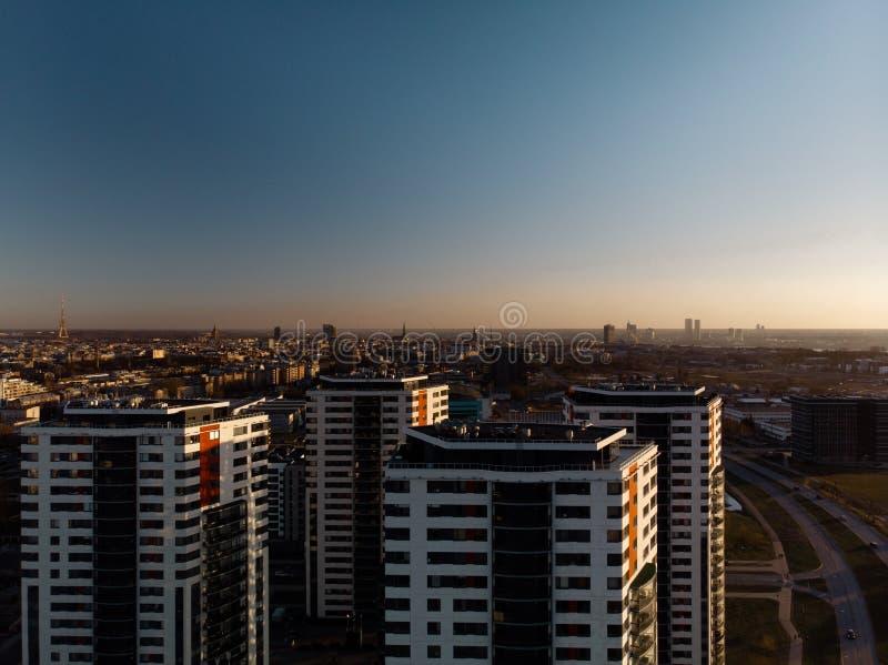 Puesta del sol dramática aérea del paisaje con una visión sobre rascacielos en Riga, Letonia - el centro de la ciudad viejo de la fotos de archivo