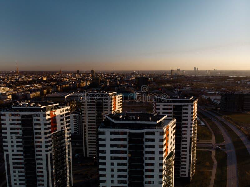 Puesta del sol dramática aérea del paisaje con una visión sobre rascacielos en Riga, Letonia - el centro de la ciudad viejo de la imagen de archivo