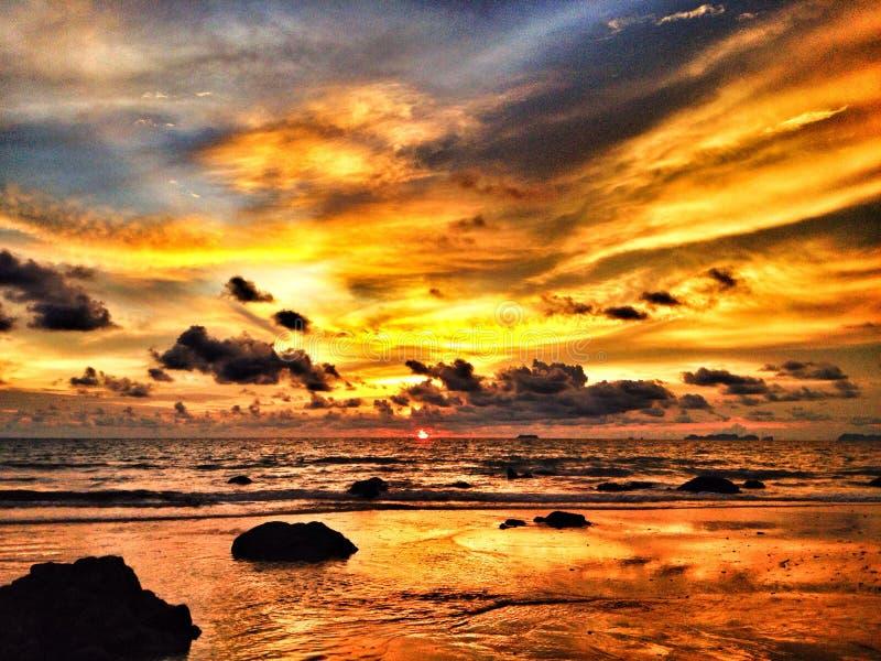 Puesta del sol dramática colorida fotografía de archivo libre de regalías
