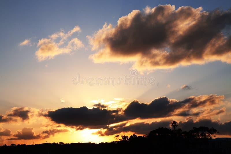 Puesta del sol dramática de la tarde imagenes de archivo
