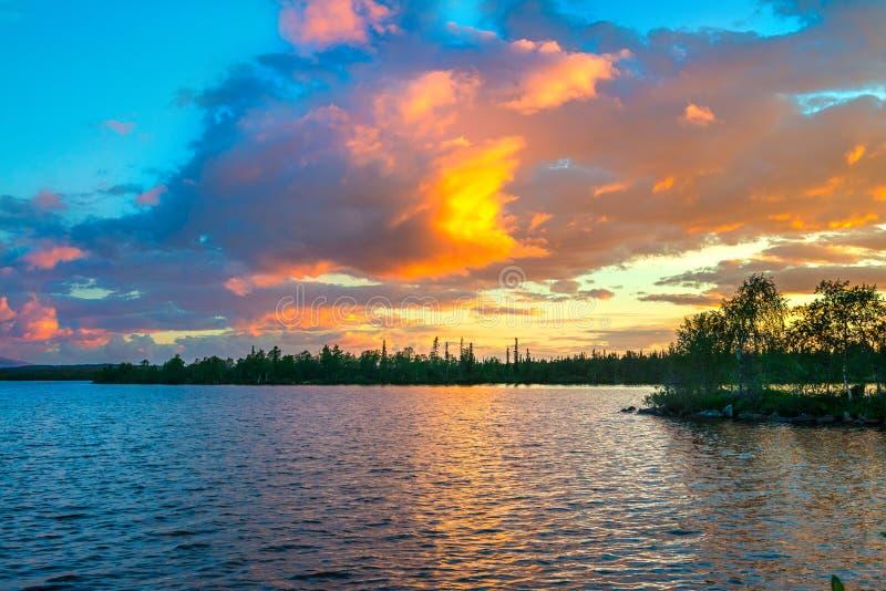 Puesta del sol dramática en el ártico El sol que oculta detrás del horizonte, pinturas las nubes en un color muy hermoso imagen de archivo libre de regalías
