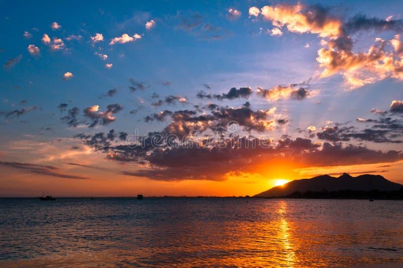 Puesta del sol dramática en el océano imagen de archivo libre de regalías