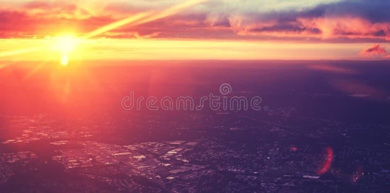 Puesta del sol dramática entonada púrpura del vintage vista del avión fotografía de archivo libre de regalías
