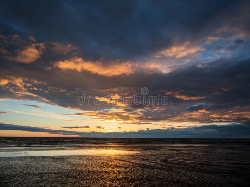 Puesta del sol dramática espectacular sobre el mar fotos de archivo libres de regalías