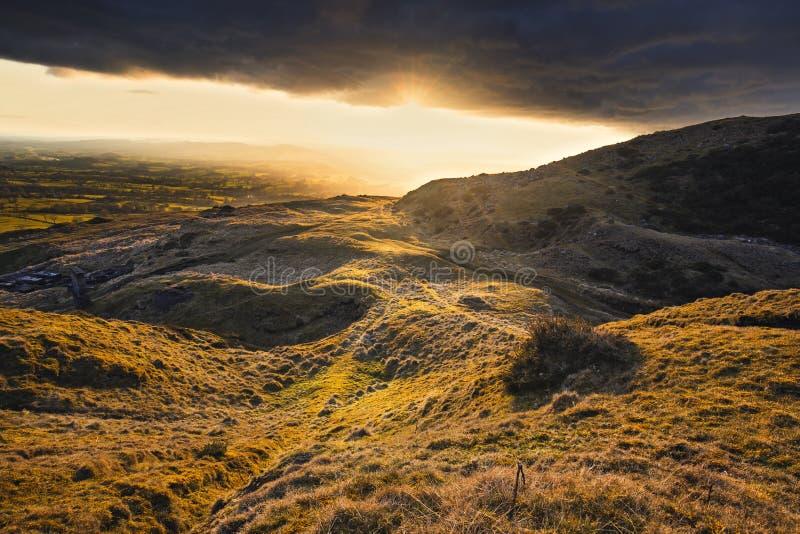 Puesta del sol dramática sobre campo británico foto de archivo